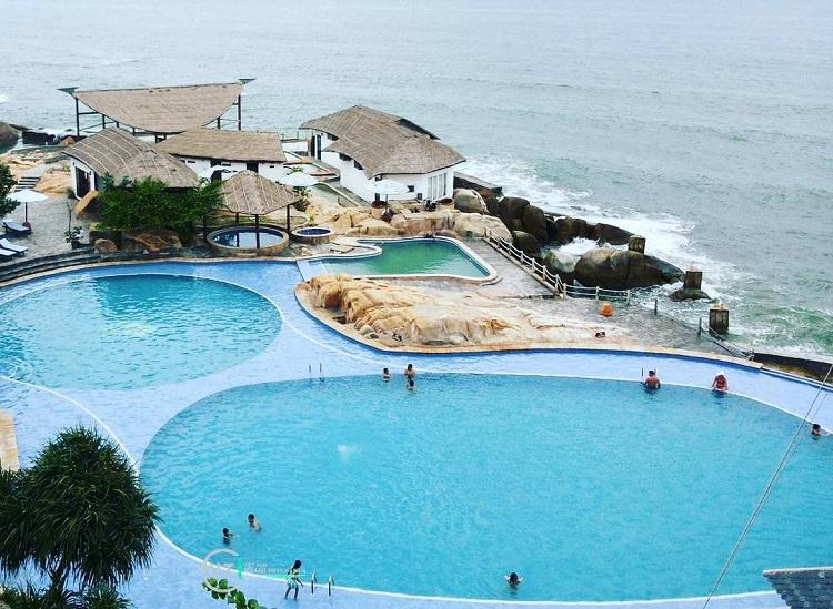Bể bơi lộ thiên tại Resort cao cấp