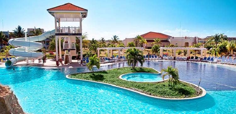Bể bơi tại resort có quy mô và diện tích phù hợp đáp ứng nhu cầu giải trí của du khách