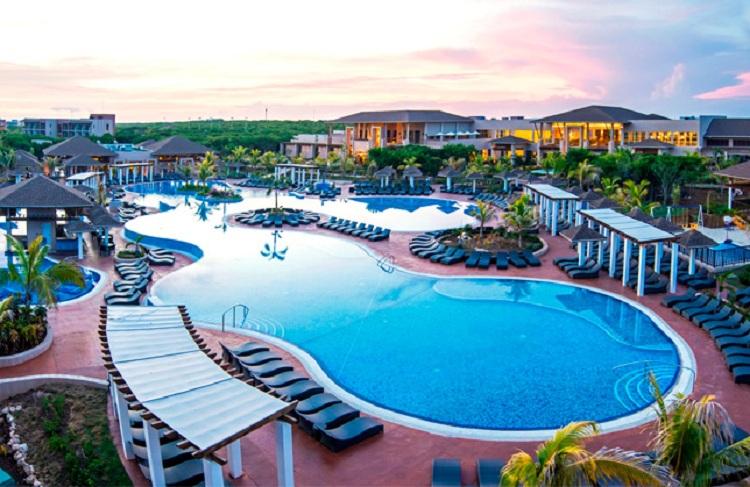 Thiết kế bể bơi tại Resort với tiêu chuẩn chất lượng 5 sao.
